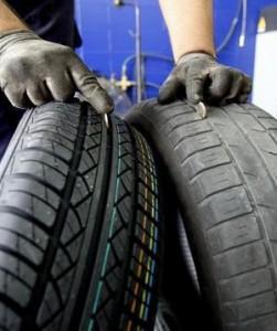 Izq: Neumáticos en buenas condiciones - Der: Neumáticos desgastados